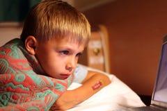 oglądanie tv chłopca Zdjęcie Stock