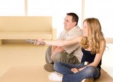oglądanie tv dziewczyna człowiek young obrazy stock