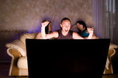 oglądanie tv trzech przyjaciół Zdjęcie Stock