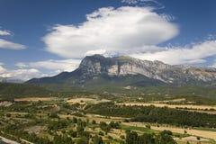 Ogólni szczytów widoki Cinca i aron rzeki od Ainsa, Huesca, Hiszpania w Pyrenees górach, stary izolujący miasteczko blisko Parque Fotografia Royalty Free