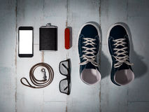 Ogni giorno porta la raccolta degli elementi dell'uomo: vetri, guinzaglio, scarpe da tennis Immagini Stock Libere da Diritti