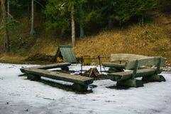 Ogniska miejsce z drewnem w nim na Chmurnym zima dniu Surronded ławkami obrazy stock