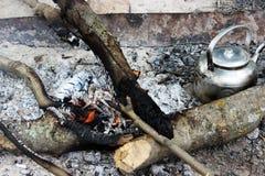 Ognisko, żelaznego metal podróży czajnika gorący węgle Obrazy Royalty Free