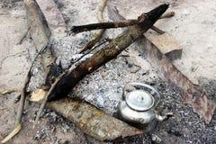 Ognisko, żelaznego metal podróży czajnika gorący węgle Obraz Royalty Free