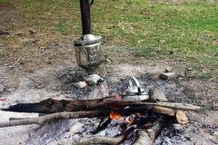 Ognisko, żelazny metal podróży czajnik, samowar i gorący węgle, Obrazy Stock