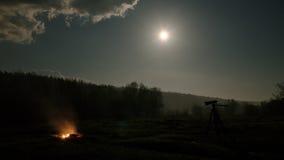 Ognisko i kamera jesteśmy w tle księżyc, Ru Obraz Royalty Free
