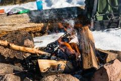 Ognisko i plecak w lesie zdjęcia royalty free