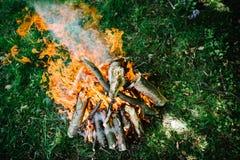 Ognisko na naturze Ognisko, odpoczynek na wakacje w naturze Fotografia Royalty Free