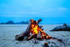 Ognisko na plaży na zimnym spadku wieczór obrazy stock