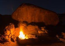 Ognisko obok skały Zdjęcie Stock