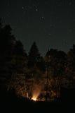 Ognisko pod gwiaździstym niebem Obraz Royalty Free