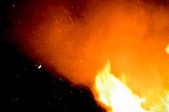 Ognisko ryczy z ogromnymi płomieniami na Guy Fawkes nocy Fotografia Stock