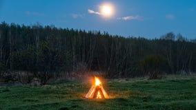 Ognisko w polu w tle księżyc Zdjęcie Royalty Free