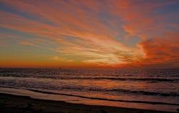Ognisty jesień zmierzch przy Torrance stanu plażą, Los Angeles okręg administracyjny, Kalifornia obraz stock