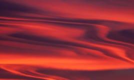 Ognisty zmierzch podczas sezonu jesiennego Barwione chmury tworzy chmury i abstraktów kształty w niebie Zdjęcie Stock