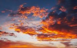 Ognistych, pomarańczowych i czerwonych kolorów zmierzchu niebo, zdjęcie stock