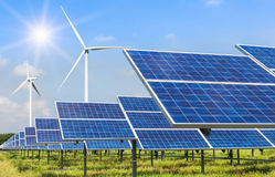 Ogniwa słoneczne i silniki wiatrowi wytwarza elektryczność w elektrowni alternatywy energii odnawialnej