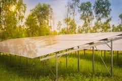 Ogniwa słoneczne (photovoltaic panel) z odbiciem światło słoneczne Zdjęcie Stock