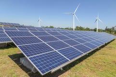Ogniwa słoneczne z silnikami wiatrowymi wytwarza elektryczność w hybrydowej elektrownia systemów stacji fotografia royalty free