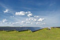 Ogniwo słoneczne panel w photovoltaic elektrowni Energia odnawialna - alternatywny elektryczności źródło Obraz Stock