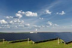 Ogniwo słoneczne panel w photovoltaic elektrowni Energia odnawialna - alternatywny elektryczności źródło Obrazy Royalty Free