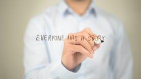 Ognuno ha una storia, scrittura dell'uomo sullo schermo trasparente fotografia stock libera da diritti