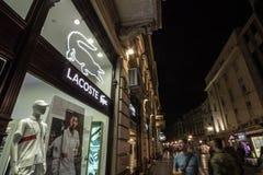 Ogo Lacoste на их mainstore для Белграда Lacoste французская компания одежды стоковая фотография