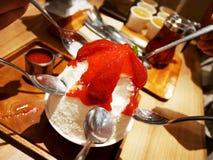 Ogolony lodowy owoc, polewy i białego lodowego mleka koreański deser ca Fotografia Stock