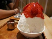 Ogolony lodowy owoc, polewy i białego lodowego mleka koreański deser ca Obrazy Stock