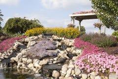 Ogród pergola i kwiaty Zdjęcia Royalty Free