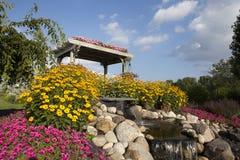 Ogród pergola z jaskrawym niebieskim niebem i kwiaty Obrazy Royalty Free