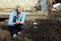 Ogród pracy ogrodowej kobiety pracujący potomstwa Zdrowy Lifesty Zdjęcia Royalty Free