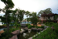 Ogród przy morzem Pływacki basen, słońc loungers obok ogródu i budynki, Zdjęcia Stock