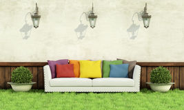 Ogród z elegancką kanapą Fotografia Stock