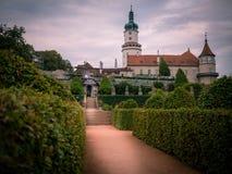 Ogród z grodowym nove mesto nad metuji obrazy royalty free