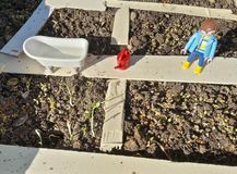Ogród zabawek demonstracji modela drewno i playmobil obraz stock