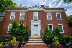 Ogródy i ceglany dom przy Harvard Business szkołą w Boston, Zdjęcia Royalty Free