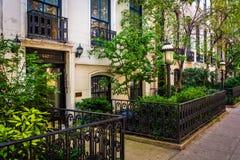 Ogródy i domy miejscy wzdłuż 23rd ulicy w Chelsea, Manhattan, Obrazy Royalty Free
