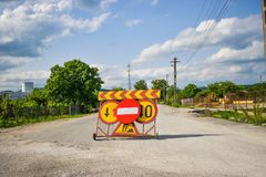 Ograniczeni acces dla samochodów na asfaltowej drodze Niedozwolony znak po środku zamkniętej ulicy w terenie zamkniętym zdjęcia stock