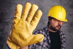Ograniczony dostęp, pracownik budowlany gestykuluje przerwa znaka obrazy stock