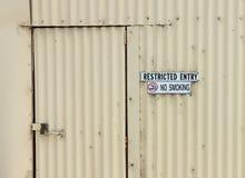 Ograniczony wejście i Palenie Zabronione znaki na budynku fotografia royalty free