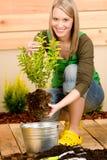 Ogrodnictwa kobiety rośliny wiosna kwiatu taras Obrazy Stock