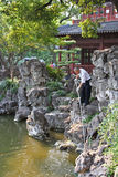 Ogrodniczka czyści staw w Yuyuan uprawia ogródek, Shanghai, porcelana Zdjęcie Stock