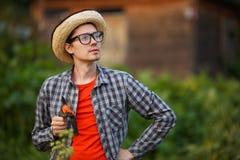 Ogrodniczka mężczyzna mienie przycina sheers i patrzeje niebo fotografia stock