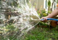 ogrodniczka nawadnia ogród Zdjęcie Stock