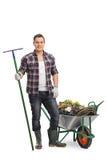Ogrodniczka pozuje wheelbarrow Zdjęcie Stock