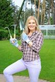 ogrodniczka target2346_1_ narzędzie ładnej kobiety Zdjęcia Stock