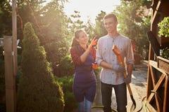 Ogrodniczki ładna dziewczyna w facecie z łopaty odprowadzeniem na ogrodowej ścieżce w cudownym ogródzie na słonecznym dniu i fart zdjęcie royalty free