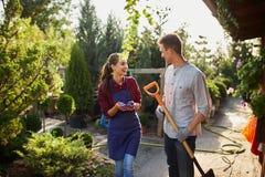 Ogrodniczki ładna dziewczyna w facecie z łopaty odprowadzeniem na ogrodowej ścieżce w cudownym ogródzie na słonecznym dniu i fart obrazy stock
