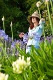 ogrodniczki atrakcyjna kontemplacyjna żeńska kobieta Zdjęcia Stock